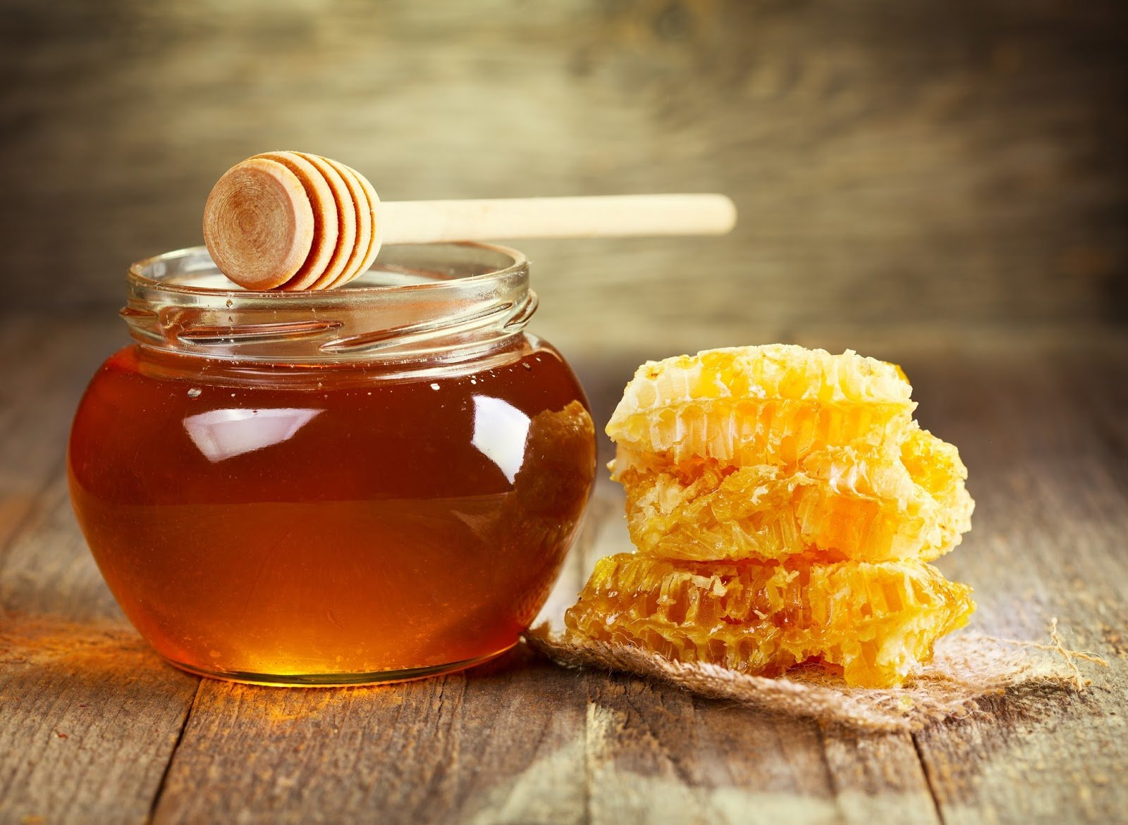 9 Health Benefits of Raw Honey + Effects on Blood Sugar